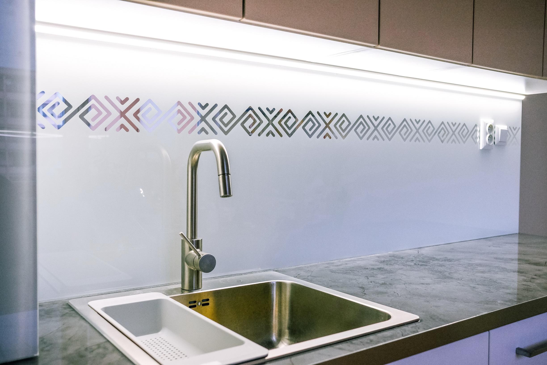 kuchynská sklenená zástena čičmany