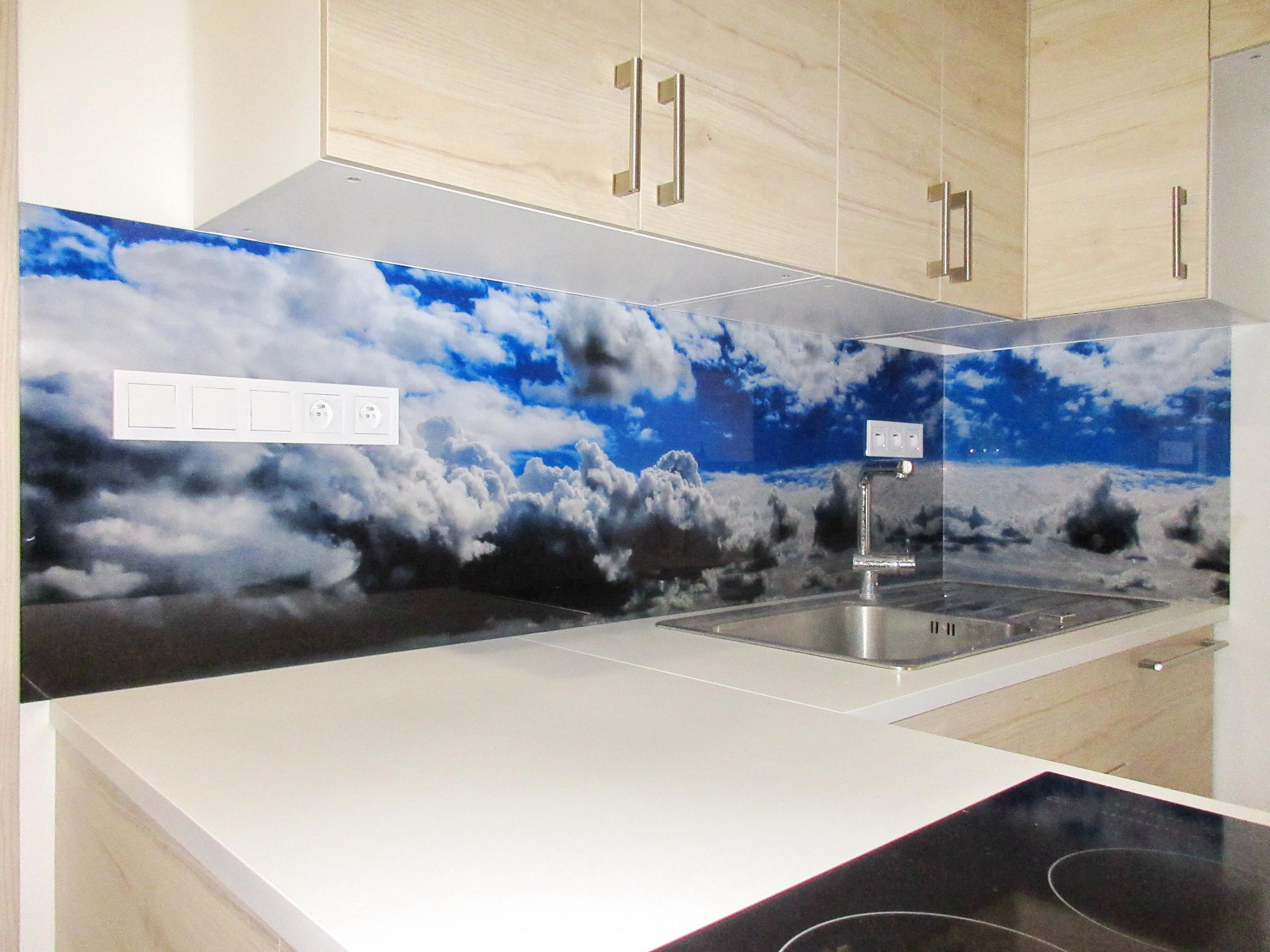 sklenena_kuchynska_zastena_oblaky